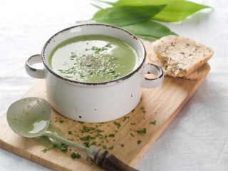 image of Pea-parsnip soup with croutons